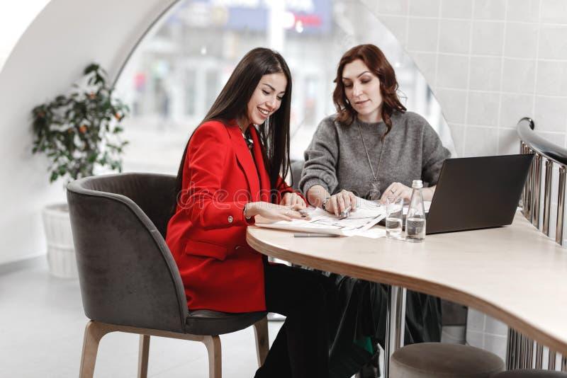 Dois designer de interiores à moda das meninas que trabalham no escritório no projeto de design imagem de stock royalty free