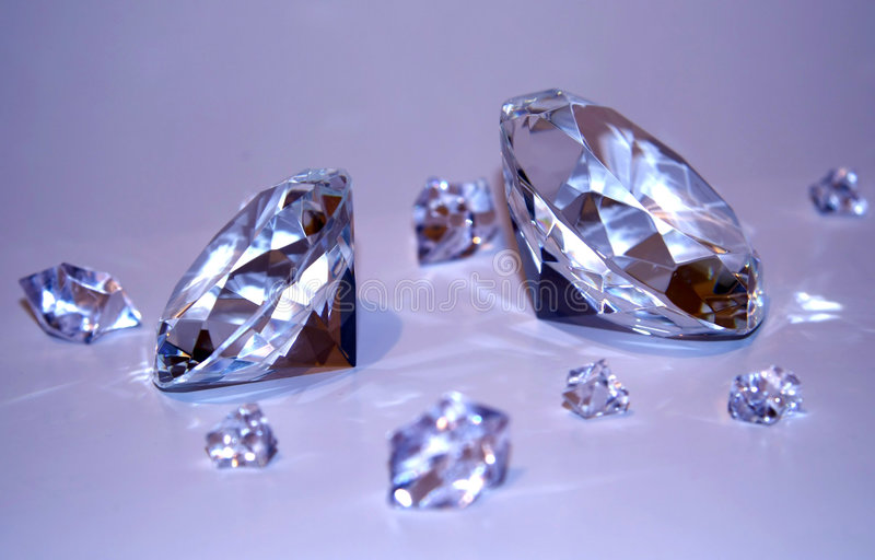 Dois diamantes com fragmentos fotografia de stock