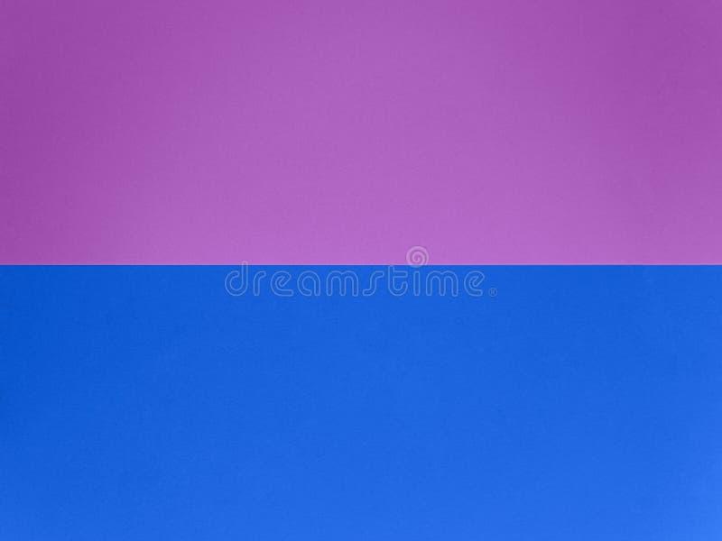 Dois documentos coloridos de tendências organizados em uma vista superior paralela Plano de fundo abstrato de textura de papel ro fotos de stock royalty free