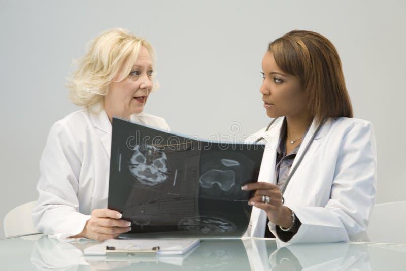 Dois doutores fêmeas imagens de stock royalty free