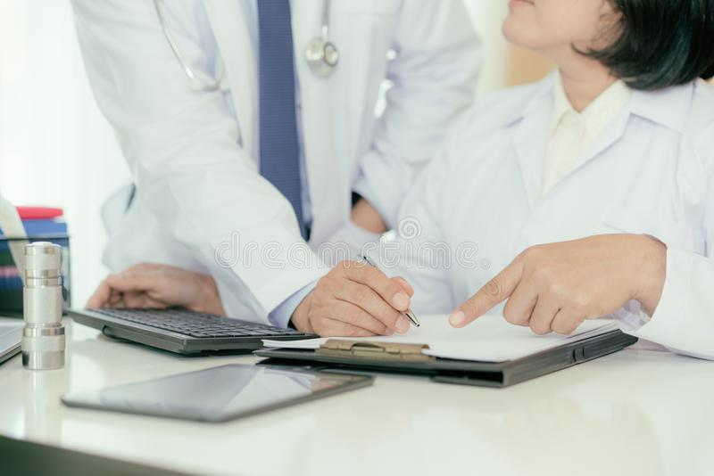 Dois doutores que analisam e que consultam sobre o informe médico no modo fotos de stock royalty free
