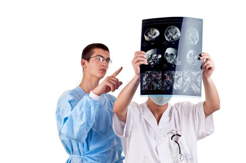 Retrato de dois doutores que examinam um tomografia principal imagens de stock