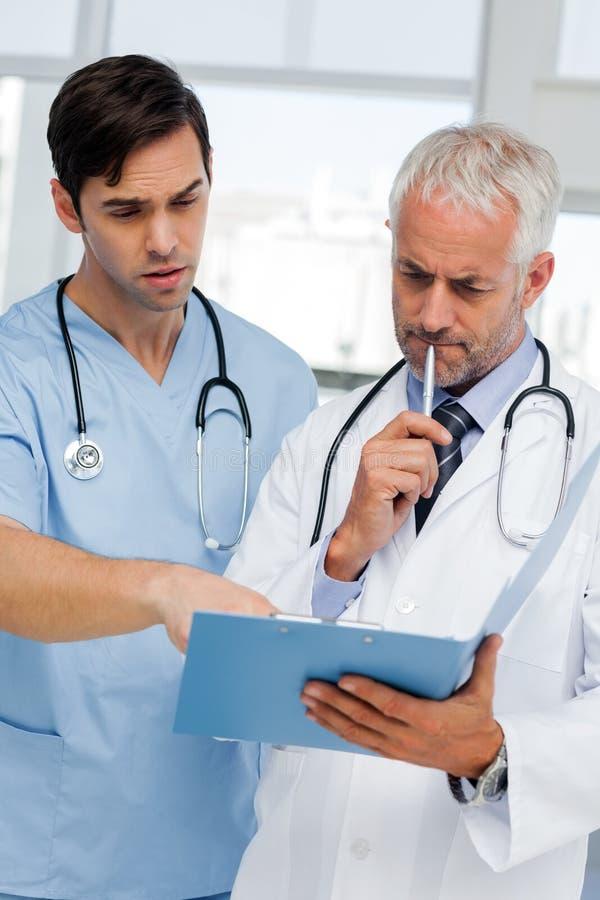 Dois doutores que falam sobre um arquivo imagens de stock