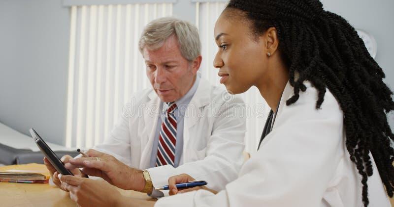 Dois doutores que trabalham junto fotografia de stock