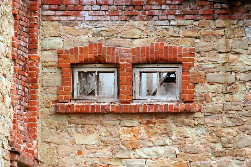 Dois embarcados acima das janelas em uma construção abandonada velha imagem de stock royalty free