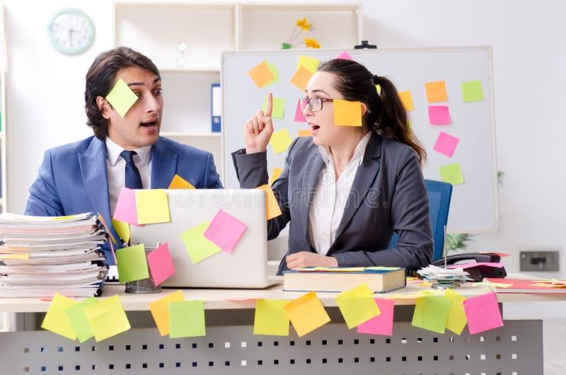 Dois empregados dos colegas que trabalham no escrit?rio fotos de stock royalty free