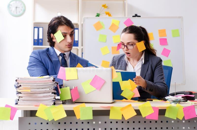 Dois empregados dos colegas que trabalham no escrit?rio fotos de stock