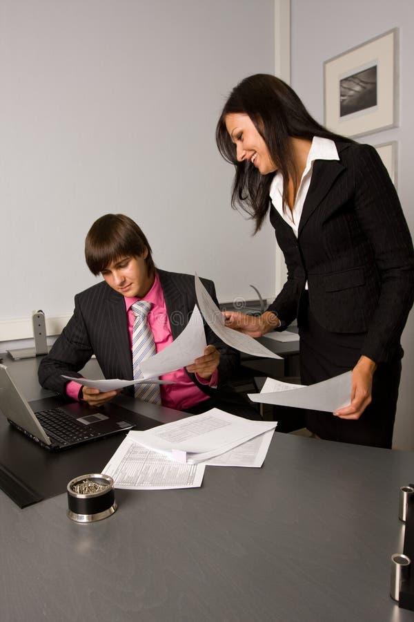 Dois empresários contemporâneos em uma reunião imagens de stock