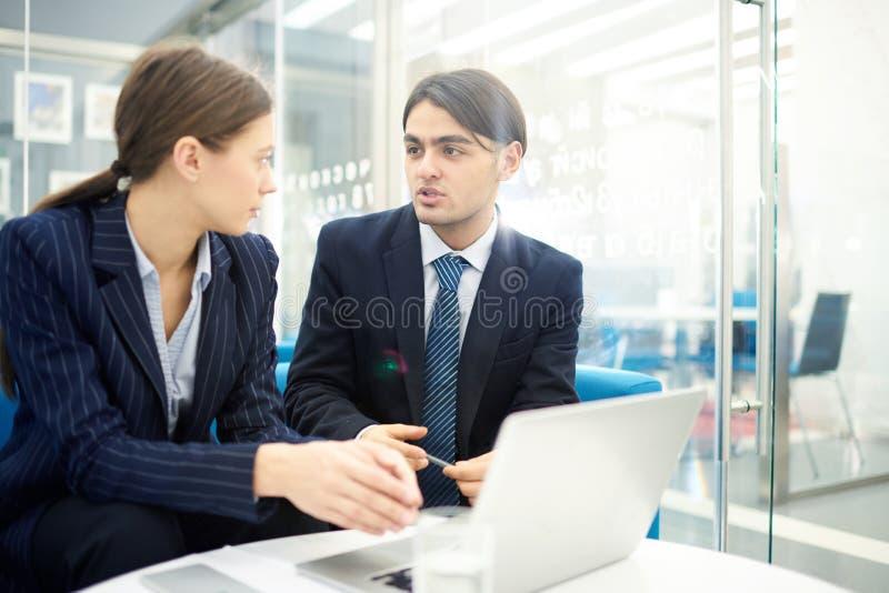 Dois empresários novos que discutem a partida imagem de stock royalty free