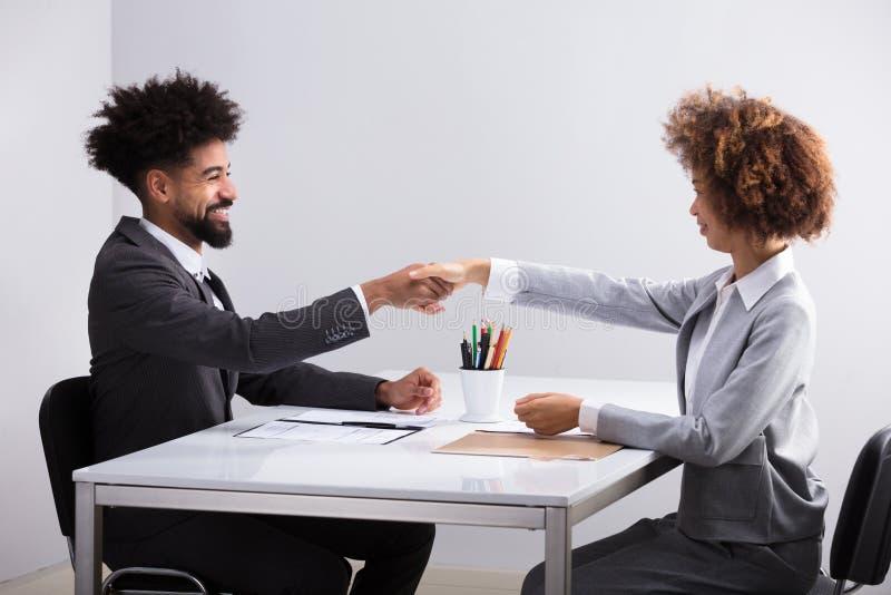 Dois empresários que agitam as mãos imagens de stock