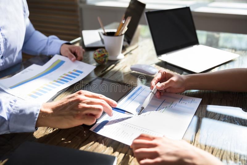 Dois empresários que trabalham na carta de Gantt fotos de stock