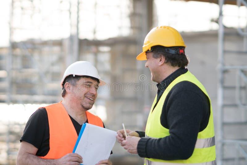 Dois engenheiros civiles masculinos no trabalho fotos de stock royalty free