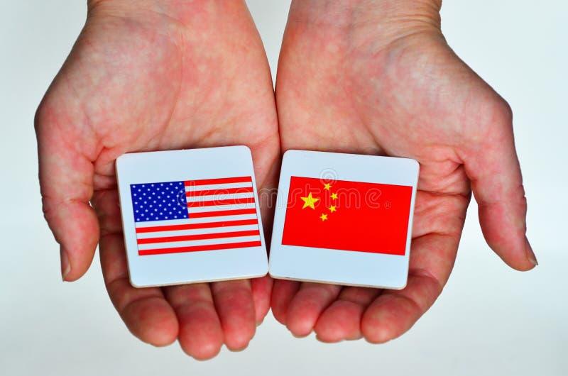 Dois entregam a posses as bandeiras nacionais do Estados Unidos de Ameri foto de stock royalty free