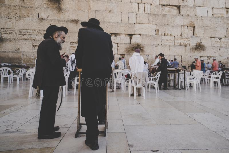 Dois envelheceram homens judaicos religiosos estão no quadrado perto da parede e da conversa ocidentais Jerusalem, Israel fotografia de stock