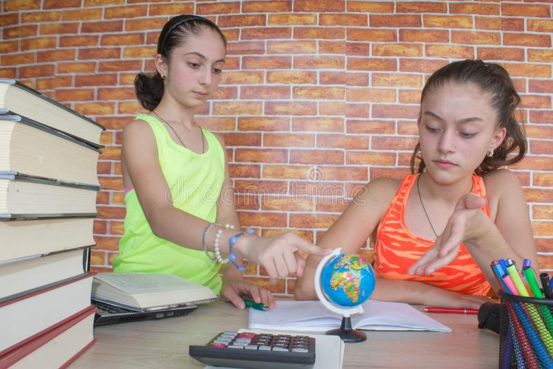 Dois estudante atrativo novo Girls que estuda lições fotos de stock