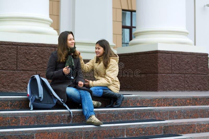 Dois estudantes adolescentes novos entre classes. fotografia de stock royalty free
