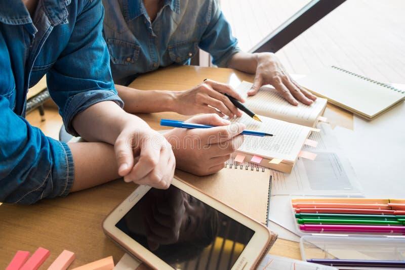 Dois estudantes asiáticos que estudam junto na universidade fotos de stock