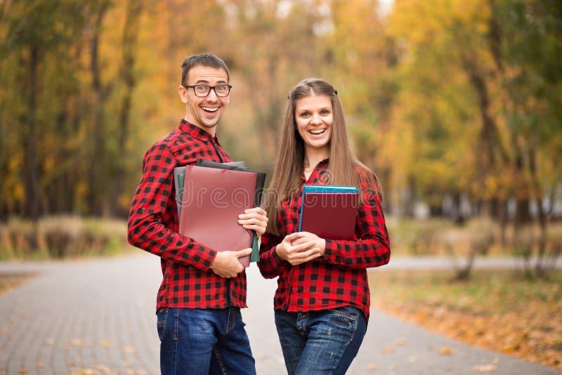 Dois estudantes entusiasmados felizes que aprovaram exames fotografia de stock royalty free
