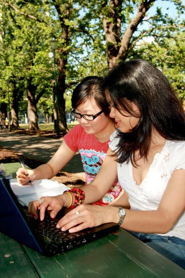 Dois estudantes fêmeas. imagens de stock royalty free