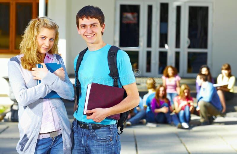 Dois estudantes na frente do grupo fotografia de stock