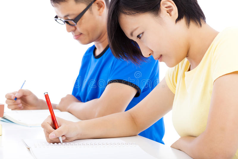 Dois estudantes novos que aprendem junto na sala de aula imagem de stock royalty free