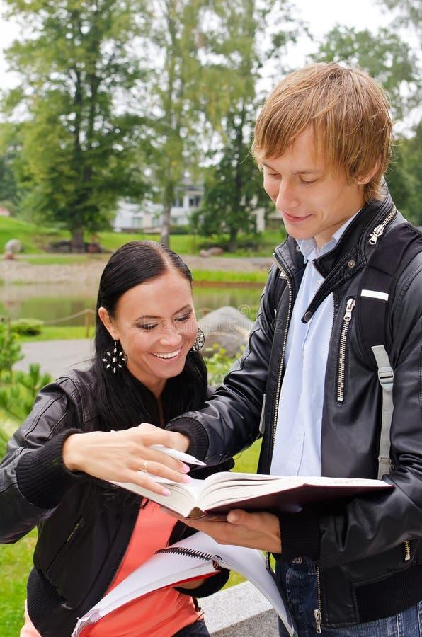 Download Dois Estudantes Que Estudam Ao Ar Livre Imagem de Stock - Imagem de cheerful, parque: 26516811