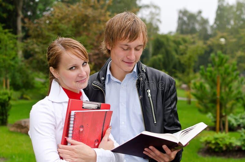 Download Dois Estudantes Que Estudam Ao Ar Livre Imagem de Stock - Imagem de faculdade, atrativo: 26516877