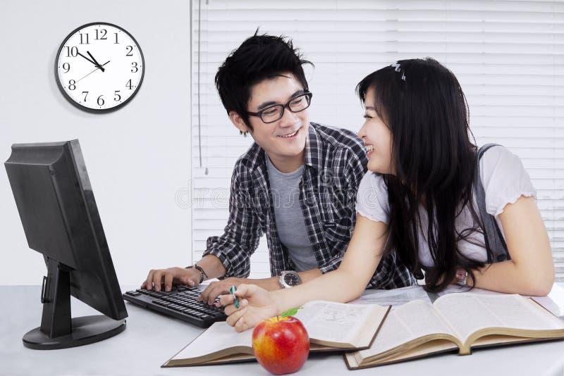 Dois estudantes que falam e que estudam junto imagens de stock