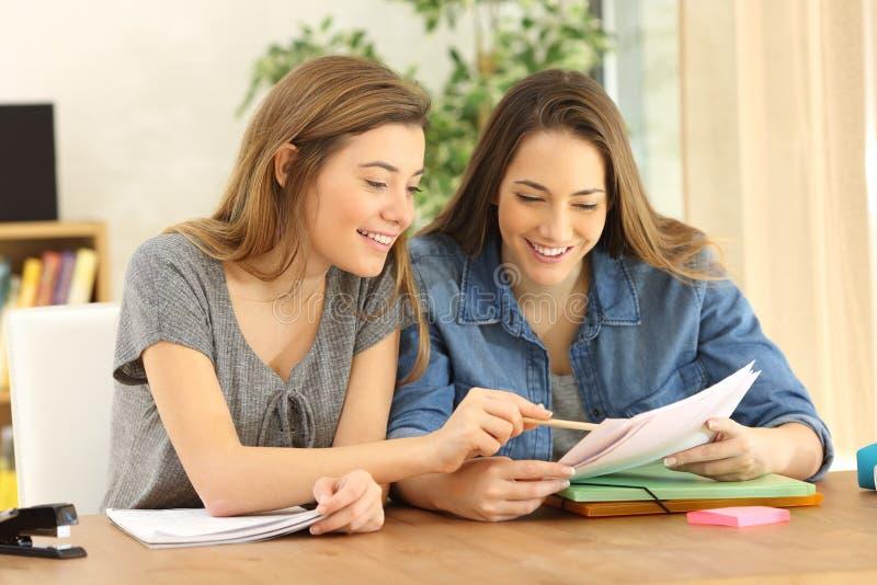 Dois estudantes que fazem trabalhos de casa em casa fotografia de stock royalty free