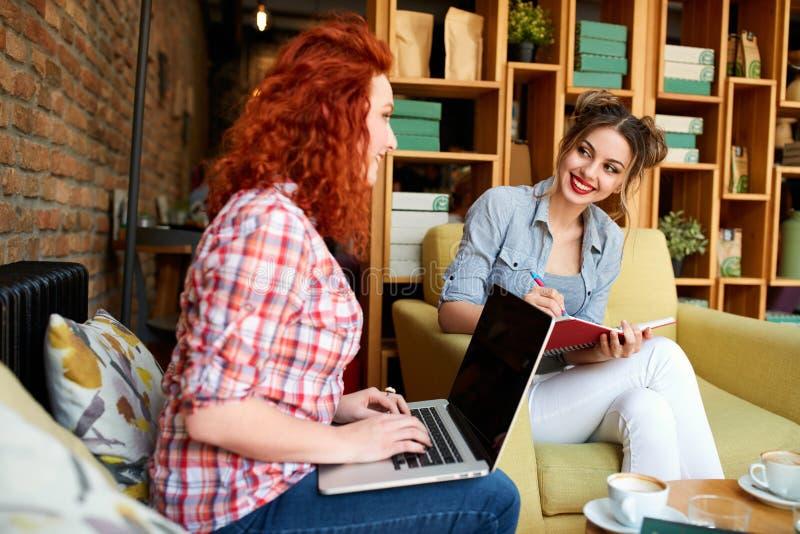 Dois estudantes que preparam lições junto imagens de stock