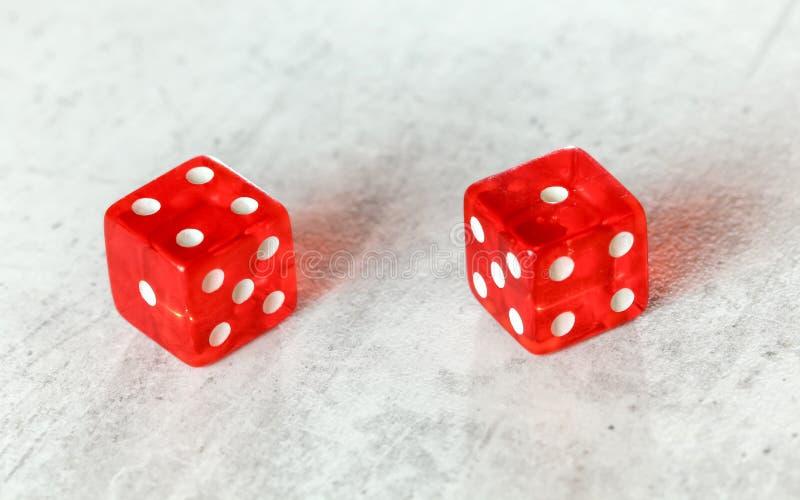 Dois excrementos vermelhos translúcidos cortam na placa branca que mostra a febre cinco número quatro e um fotografia de stock