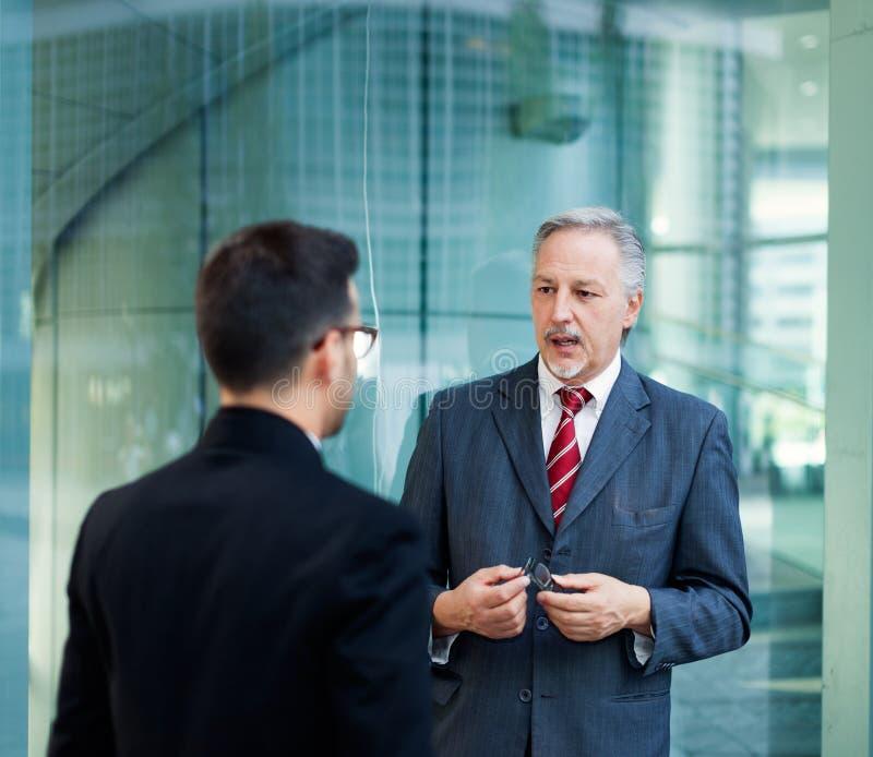 Dois executivos da discussão exterior fotografia de stock royalty free