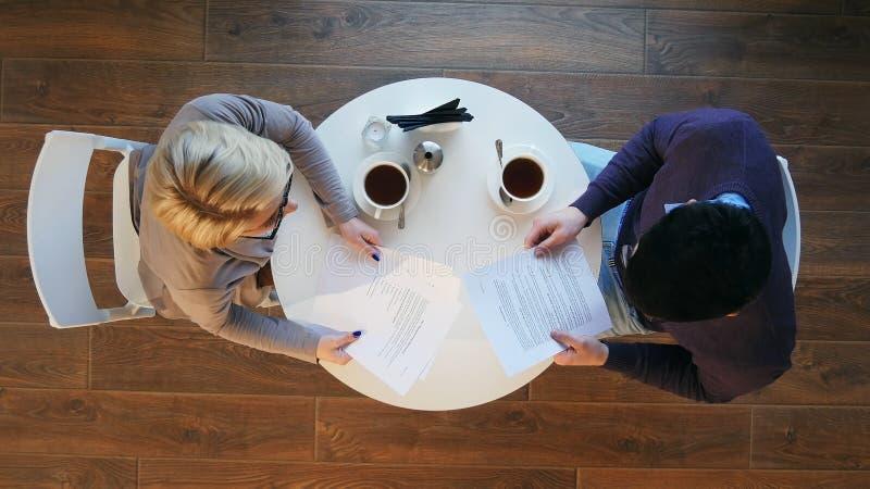 Dois executivos durante a reunião do trabalho no café moderno imagem de stock