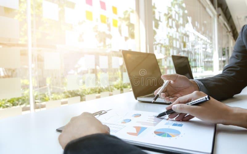Dois executivos empresariais que discutem o desempenho de vendas fotografia de stock