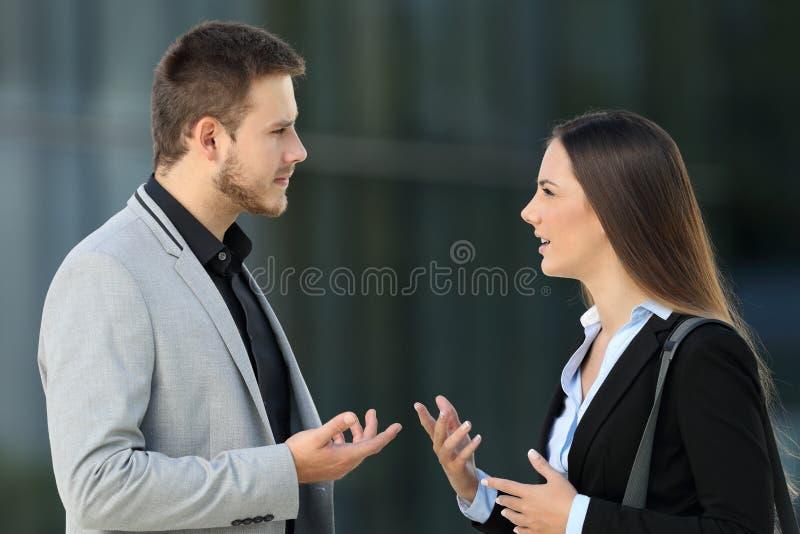 Dois executivos que falam seriamente na rua fotos de stock