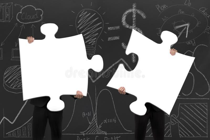 Dois executivos que montam enigmas de serra de vaivém brancos vazios com d ilustração royalty free