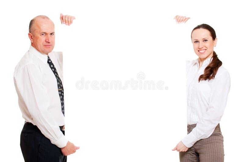 Dois executivos que prendem o quadro de avisos vazio fotos de stock royalty free