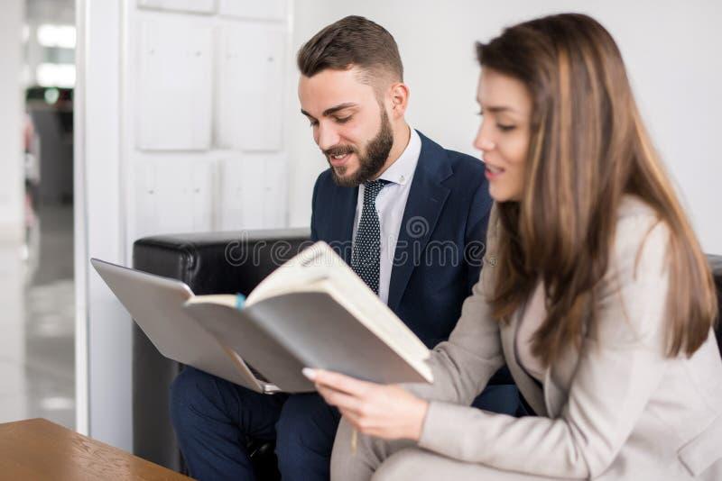 Dois executivos que trabalham junto foto de stock royalty free