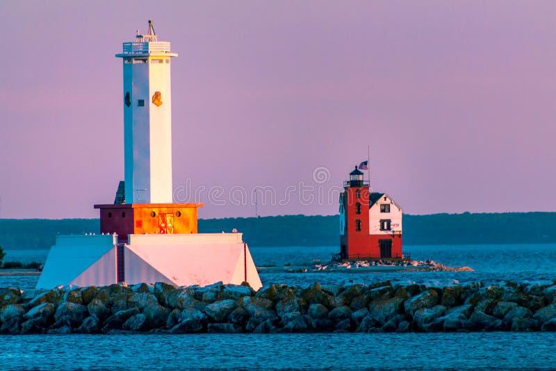 Dois faróis durante um por do sol cor-de-rosa na ilha Michigan de Mackinac imagens de stock royalty free