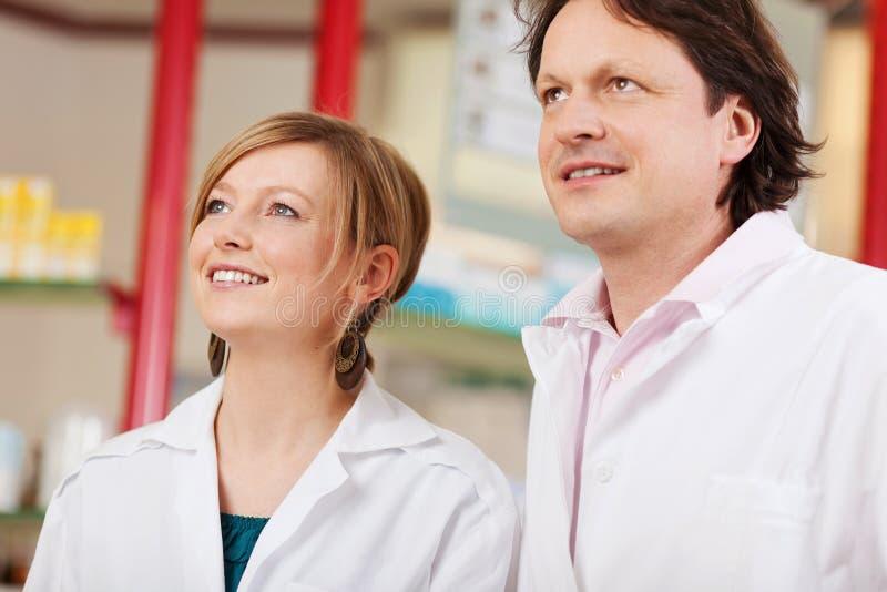 Dois farmacêuticos que olham acima fotografia de stock royalty free