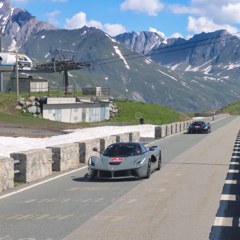 Dois Ferrari para participar no evento 2018 da CAVALGADA ao longo das estradas de Itália, de França e de Suíça em torno de MONTE  imagens de stock