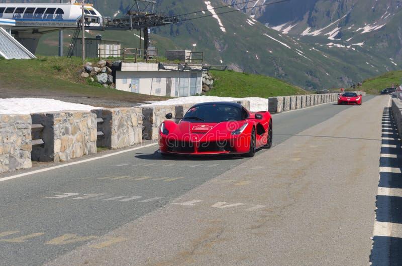 Dois Ferrari vermelho participam no evento 2018 da CAVALGADA ao longo das estradas de Itália, de França e de Suíça em torno de MO fotos de stock