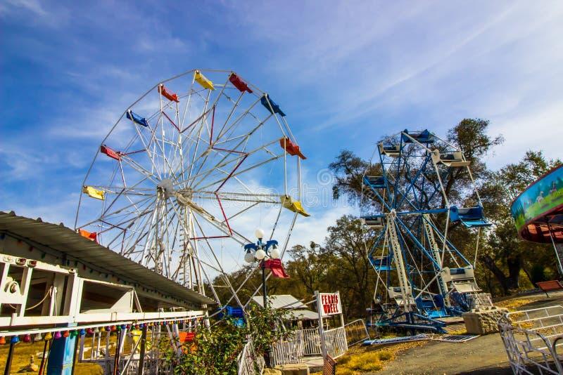 Dois Ferris Wheels Stored On Farm idoso foto de stock royalty free
