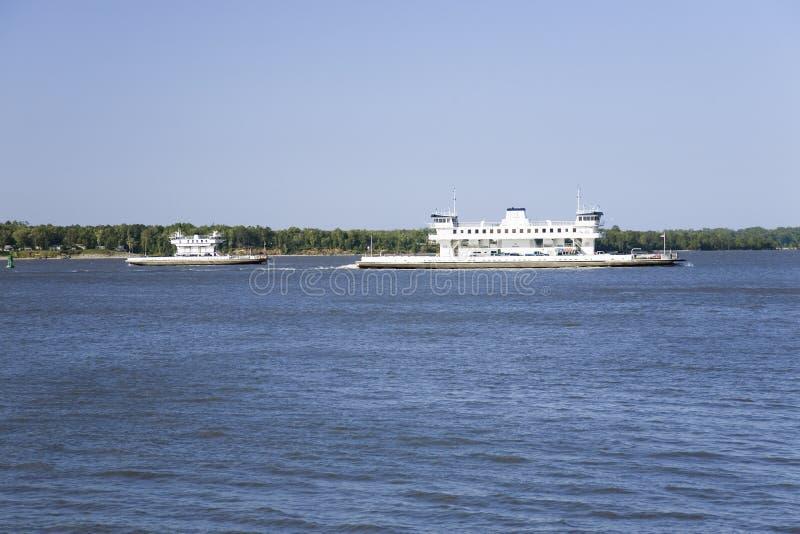 Dois ferryboats com carros c foto de stock