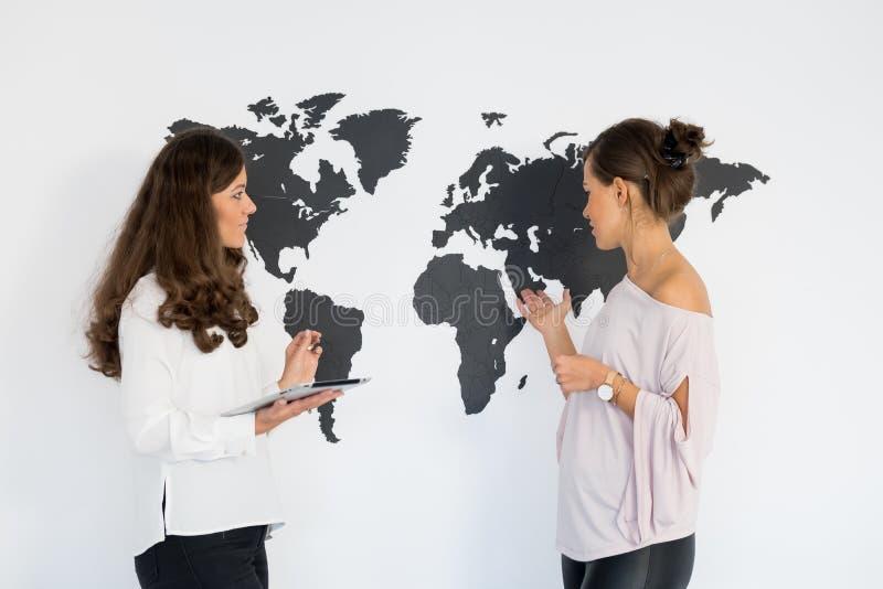 Dois gêmeos das jovens mulheres discutem o negócio fotos de stock royalty free