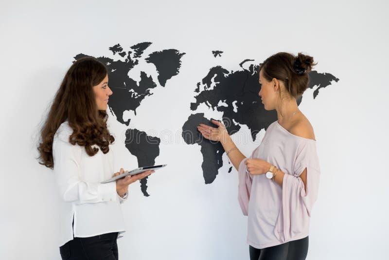 Dois gêmeos das jovens mulheres discutem o negócio foto de stock royalty free