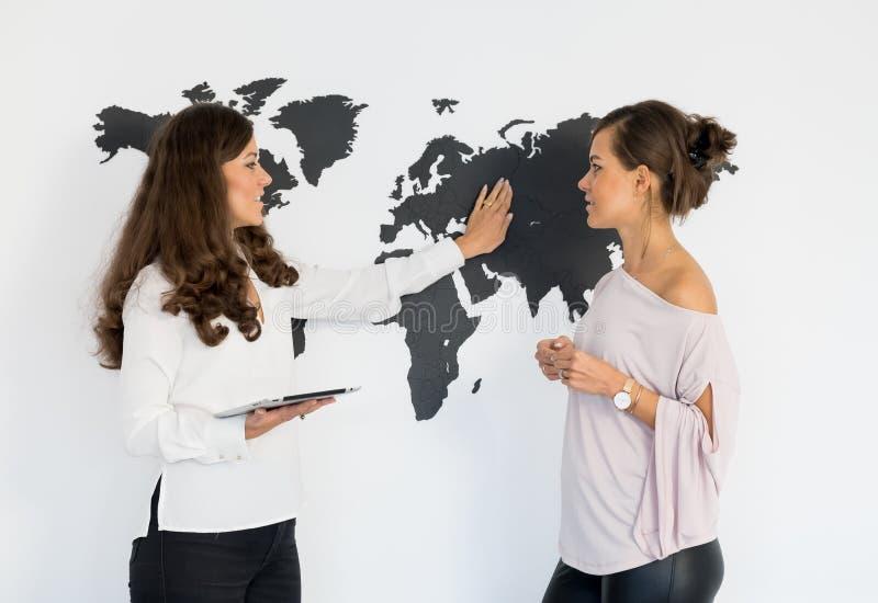 Dois gêmeos das jovens mulheres discutem o negócio imagem de stock royalty free