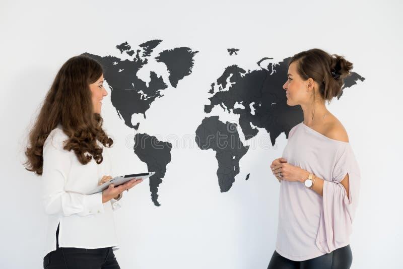 Dois gêmeos das jovens mulheres discutem o negócio fotos de stock