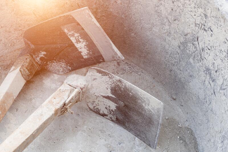 Dois ganchos no tabuleiro de mistura de cimento plástico grande imagem de stock