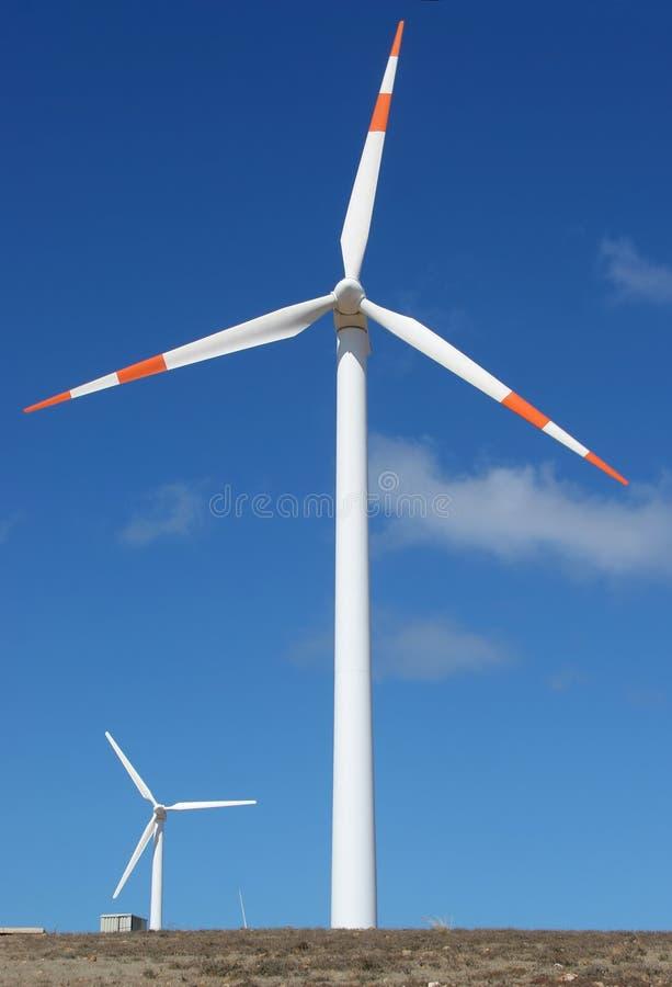 Dois geradores de potência do moinho de vento imagens de stock